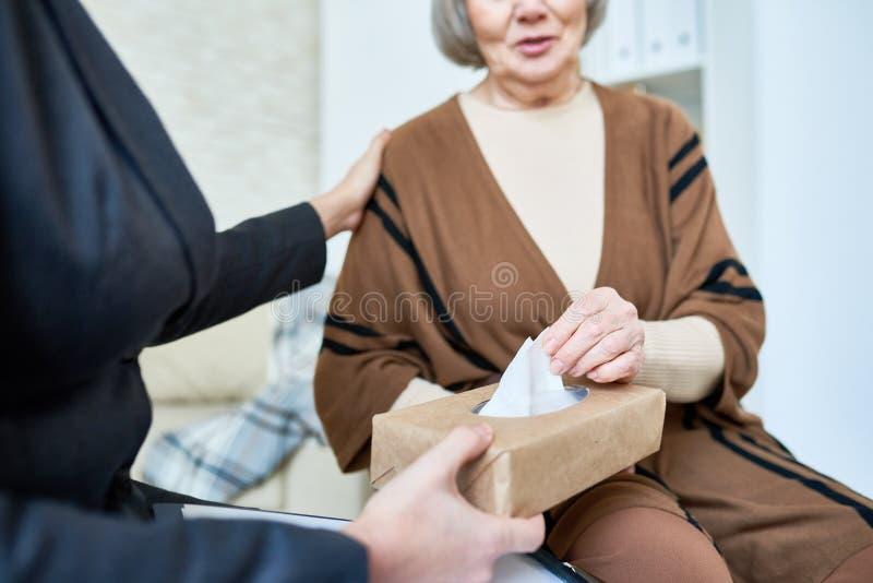Gewassentherapeut die hogere dame troosten royalty-vrije stock afbeelding