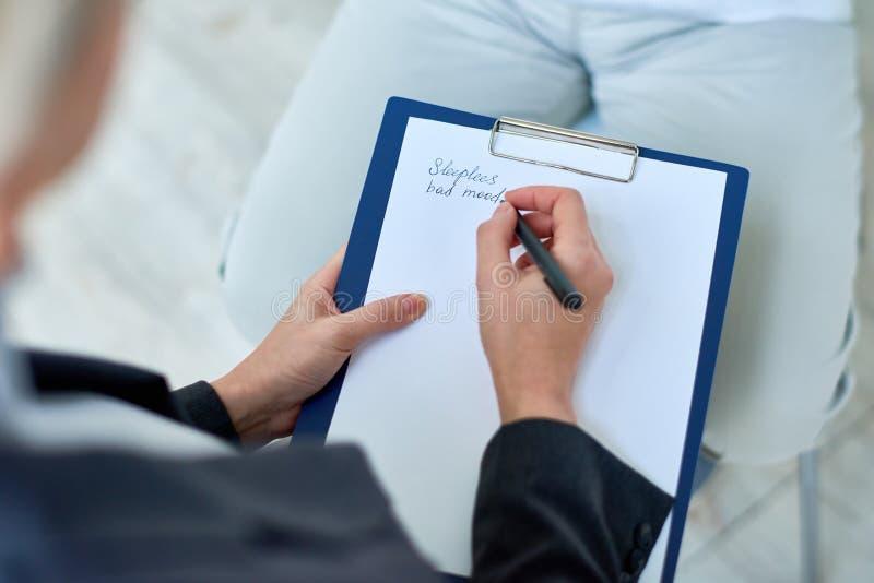 Gewassentherapeut die nota's over vergadering nemen royalty-vrije stock fotografie