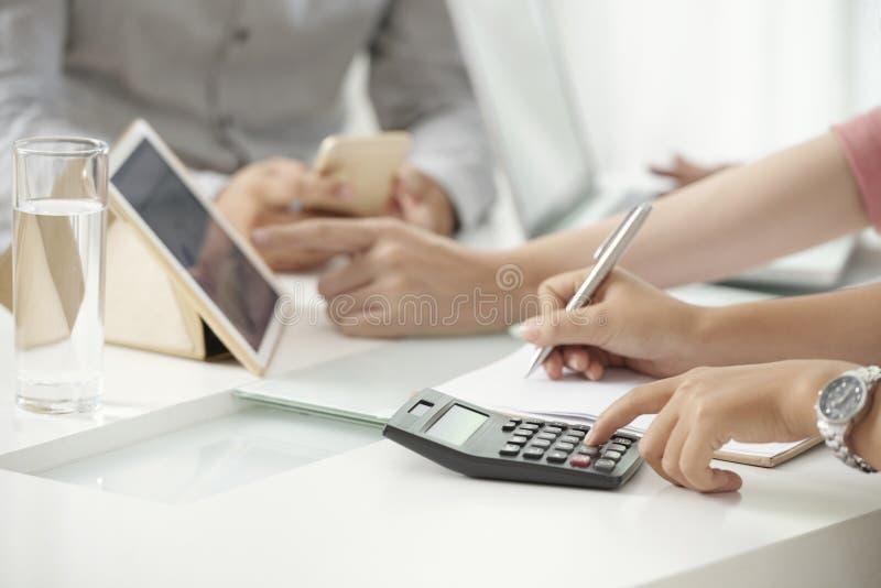 Gewassenvrouw die rekenmachine met behulp van royalty-vrije stock fotografie