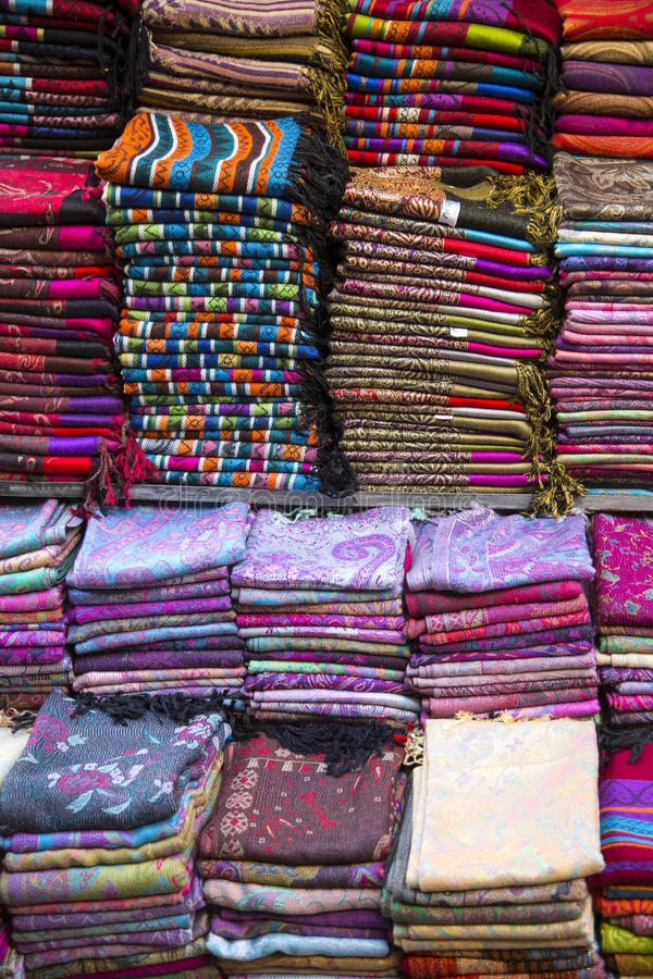 Gewebe auf dem Markt in Fes, Marokko lizenzfreie stockbilder