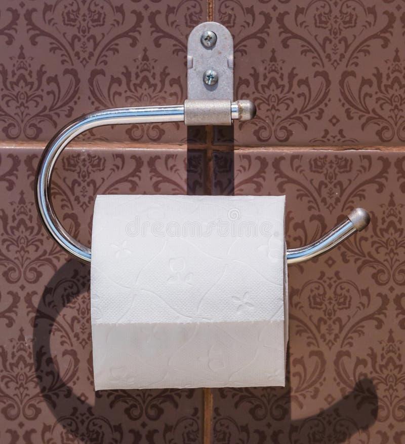 Gewebe in der Toilette lizenzfreies stockfoto