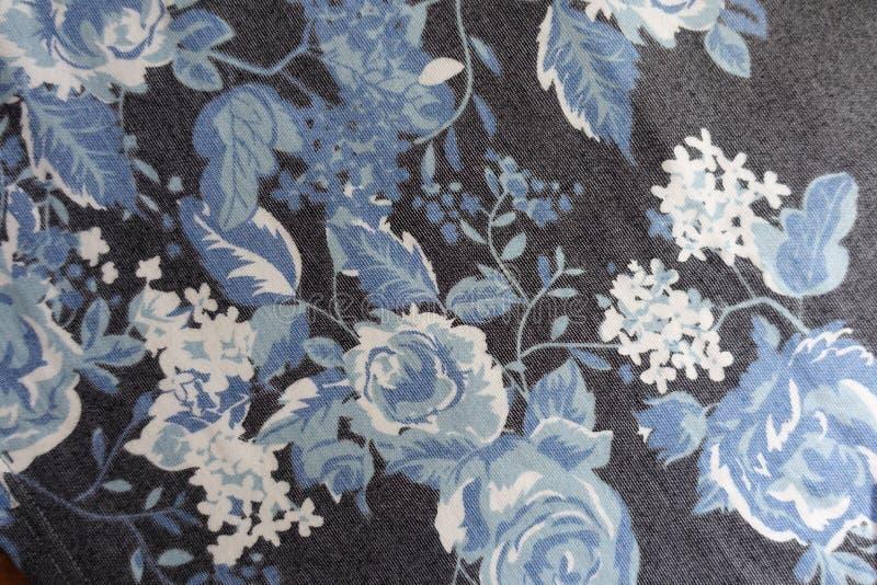 Gewebe mit Blumendruck in Blauem, weiß, Schwarzes stockfotografie