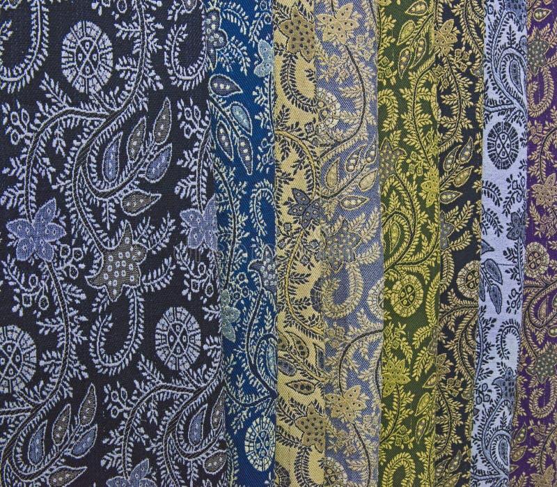 Gewebe und Schals für Verkauf an einem Markt klemmen fest stockfotos