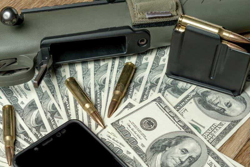 Geweer, tijdschrift en patronen op geld Concept voor misdaad, contractmoord, betaald moordenaar, terrorisme, oorlog, globale wape stock foto