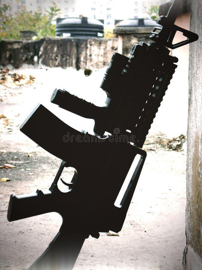 Gewehr auf dem Boden lizenzfreie stockfotografie