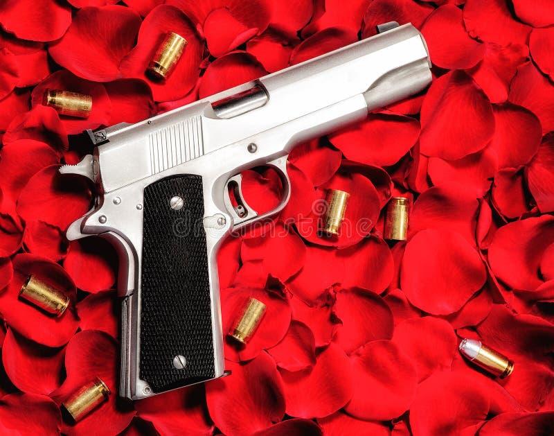 Gewehr auf Rosen stockbilder