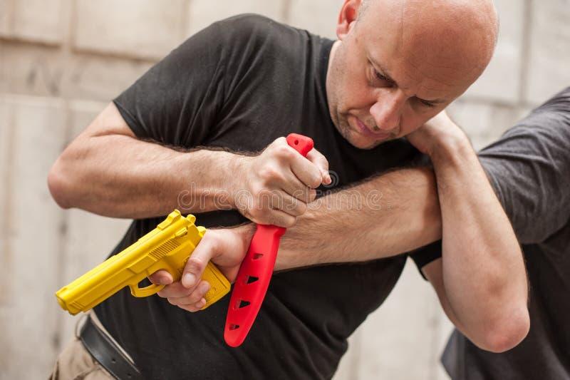 Gewehr entwaffnen Selbstverteidigungstechniken gegen einen Gewehrpunkt stockbild