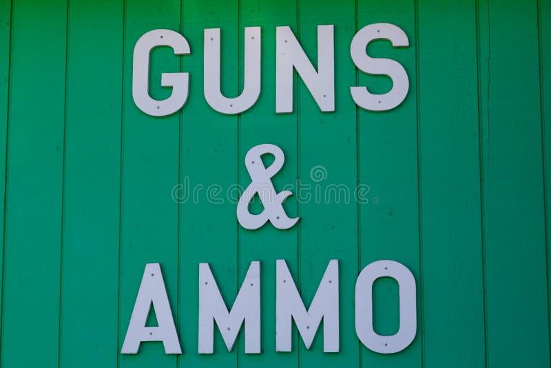 Gewehre und Munitions-Zeichen stockbilder