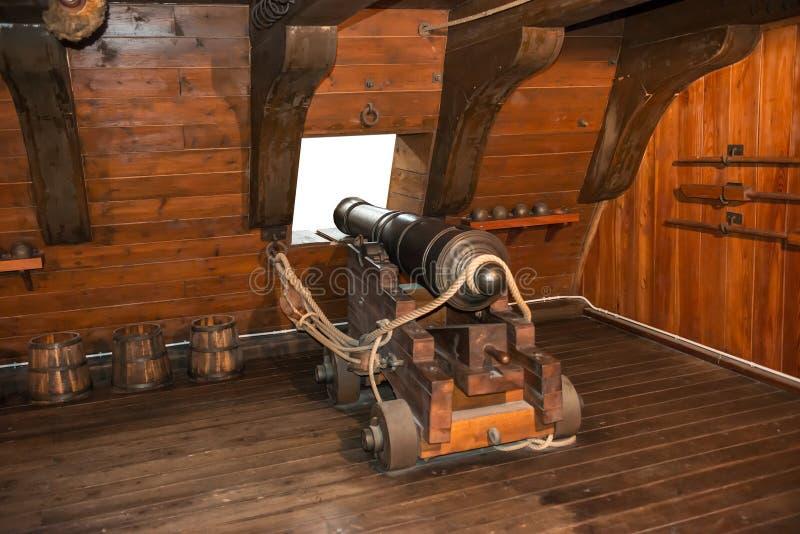 Gewehrkanone auf Weinlesesegelschiff lizenzfreies stockbild