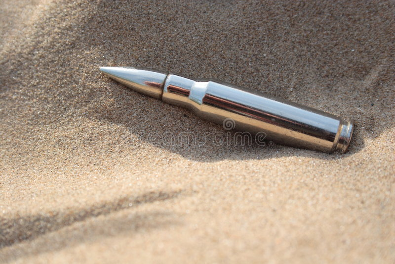 Gewehrkugel im Sand lizenzfreie stockfotos
