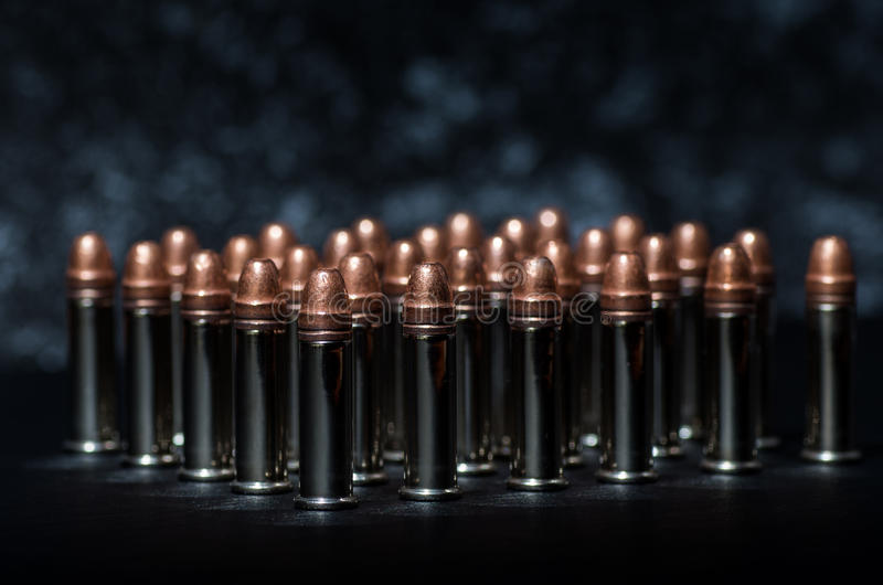 Gewehrkugeln über Tabelle stockfoto