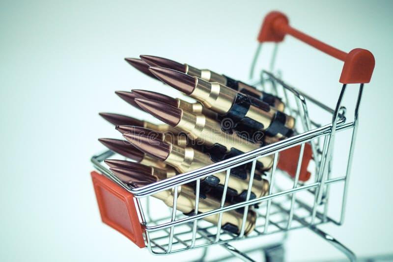 Gewehrkugeln auf einem Warenkorb stockbild