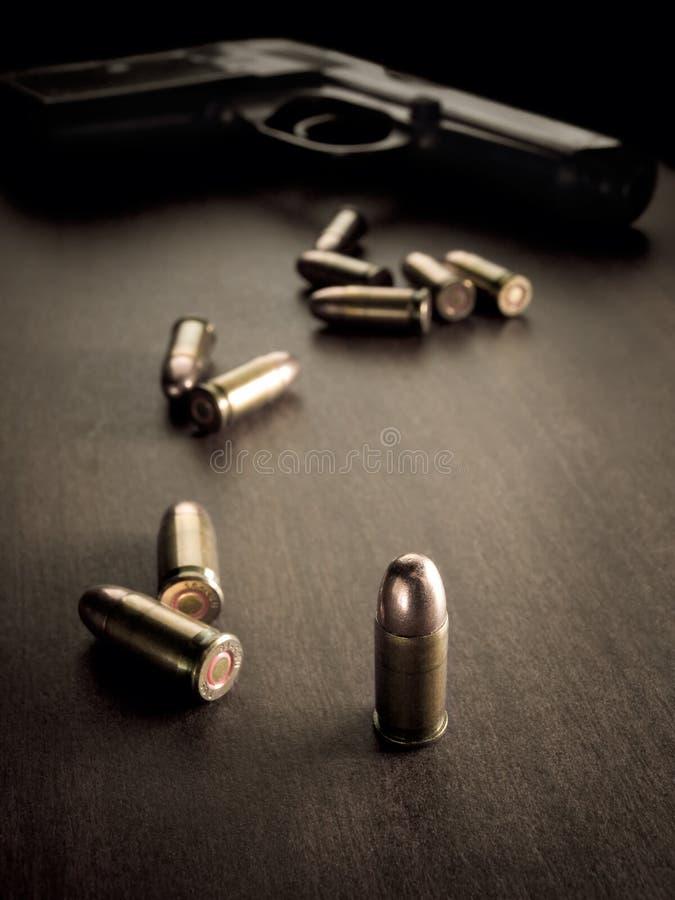 Gewehrkugeln und Pistole stockfotos