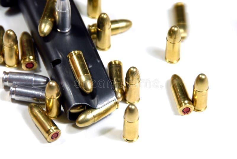 Gewehrkugeln und Zeitschrift lizenzfreies stockbild