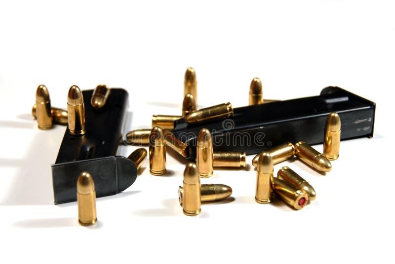 Gewehrkugeln und Zeitschriften lizenzfreies stockbild