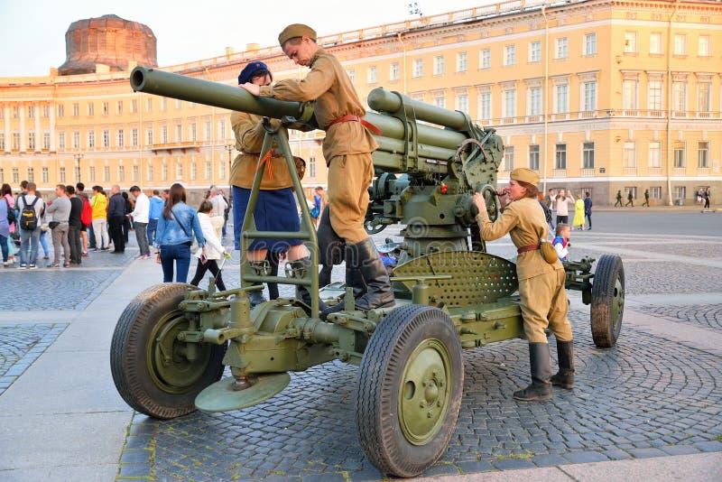 Download Gewehrmannschaft Von Jungen Soldaten Bauen Eine Flugabwehrkanone In T Zusammen Redaktionelles Stockfoto - Bild von piazza, landschaft: 106801838