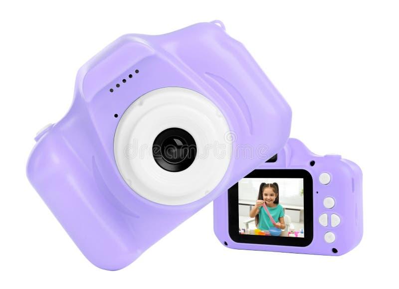 Gewelddadige speelgoedcamera's op wit in collage, een met foto van een schattig meisje dat slijm maakt stock afbeelding