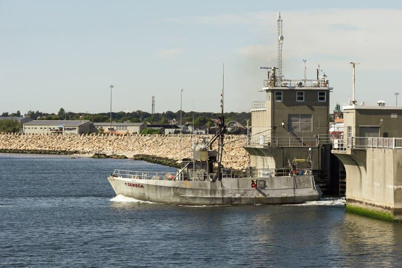 Gewerbliches Fischerboot Seneca durch Hurrikan-Barriere New Bedford stockfotografie
