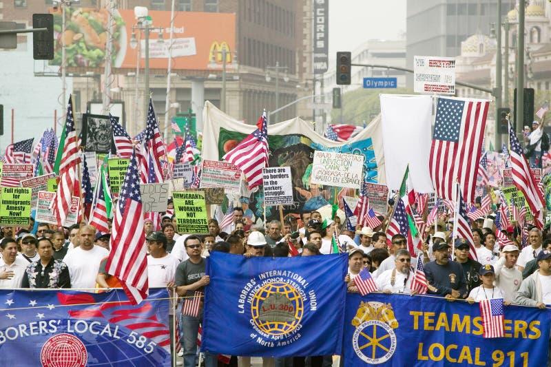 Gewerkschaftsarbeiterfahnen vor Hunderten von den Tausenden Immigranten, die im März für den Immigrant- und Mexikanerprotest teil lizenzfreie stockfotos