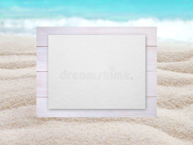 Geweven document op de houten planken op vage strandbackgro stock afbeeldingen