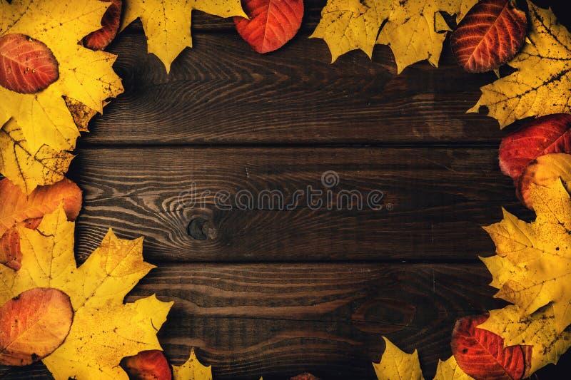 Geweven uitstekende rustieke houten achtergrond met de herfst rode en gele bladeren als kader, exemplaarruimte voor uw tekst royalty-vrije stock foto's