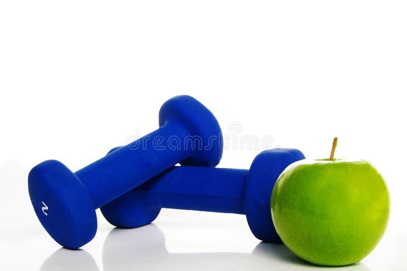 Gewichte und Apfel lizenzfreie stockbilder