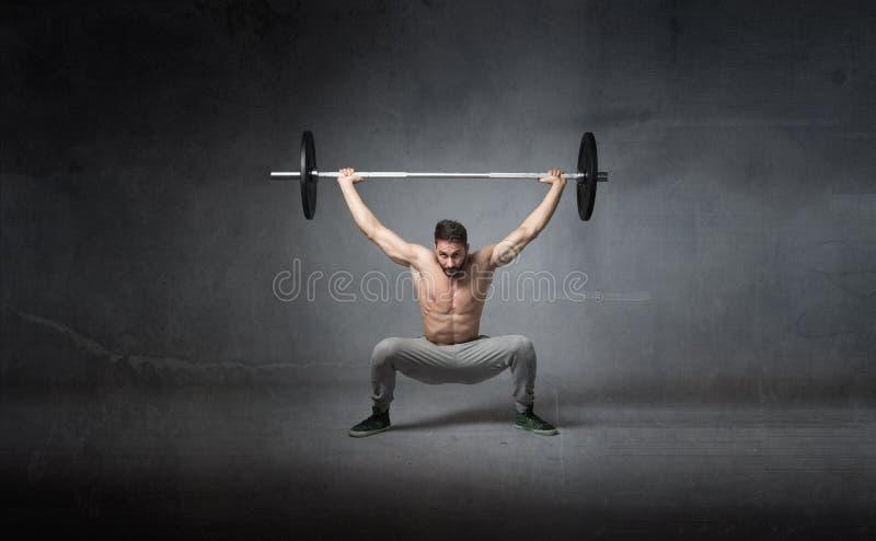 Gewichten die voor atleet opheffen stock foto's