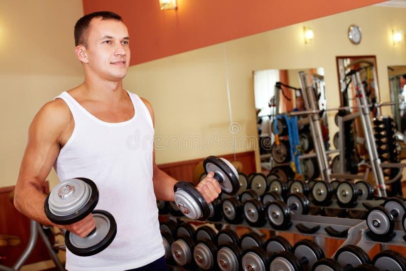 Gewichtheffen in gymnastiek stock foto's