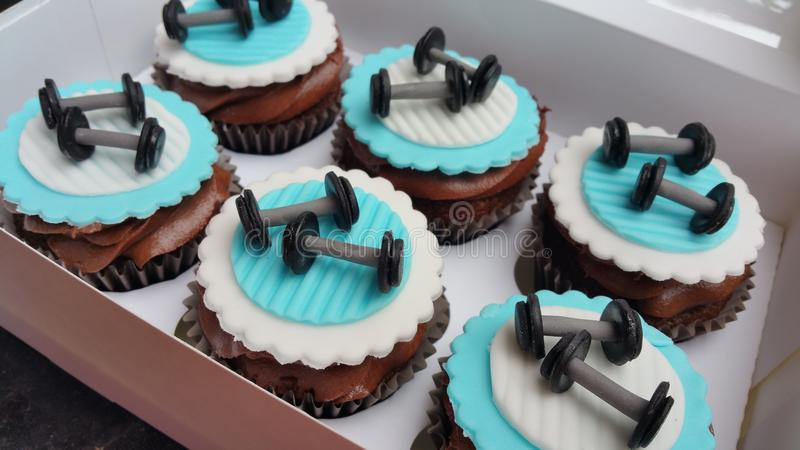 Gewichtheffengymnastiek cupcakes royalty-vrije stock foto's