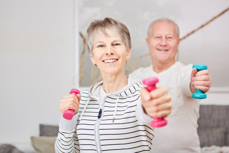 Gewichtstraining für Senioren lizenzfreie stockfotos