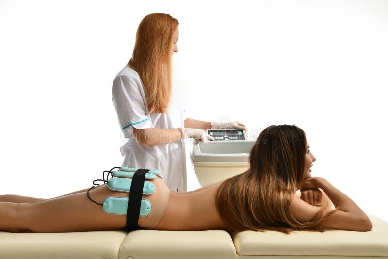 Gewichtsverlust fettes Therapieantikonzept Anticellulite Massage für weibliche ABS, Hinterteile und Beine im Schönheitssalon Frau lizenzfreie stockfotografie