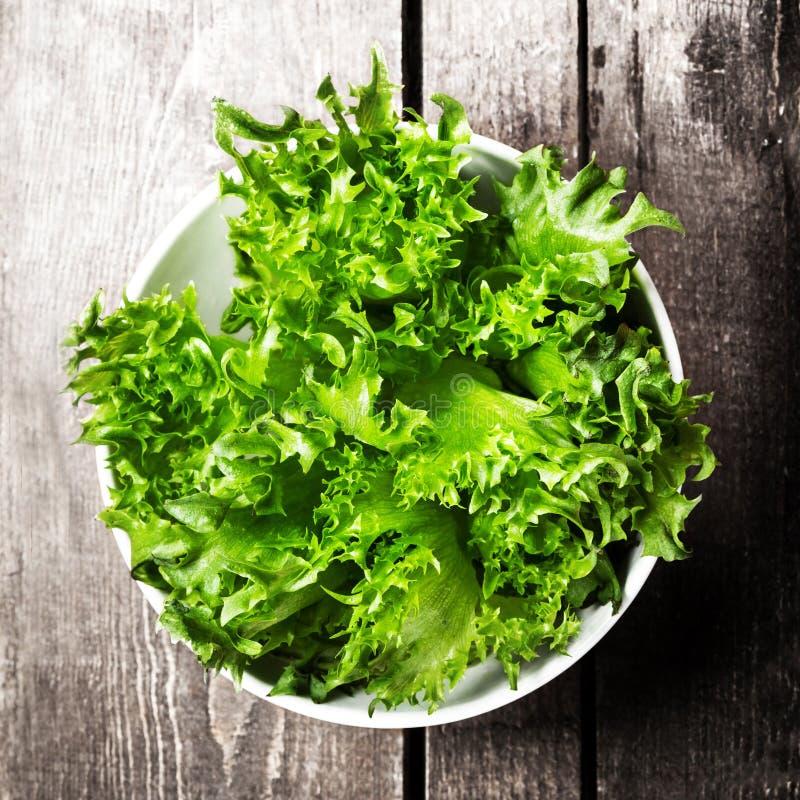 Gewichtsverlust-Salat über hölzernem Hintergrund Diät-Lebensmittel und gesundes stockfoto