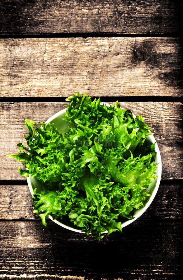 Gewichtsverlust-Salat über hölzernem Hintergrund Diät-Lebensmittel und gesundes stockfotografie