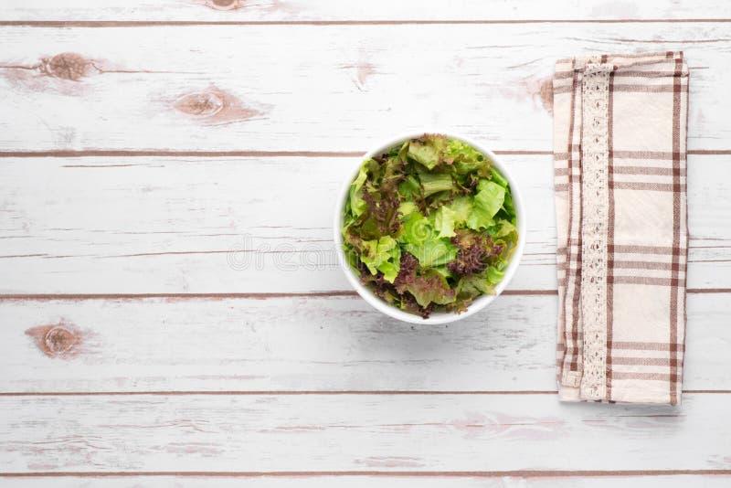 Gewichtsverlust-Salat über hölzernem Hintergrund Diät-Lebensmittel und gesundes lizenzfreies stockfoto