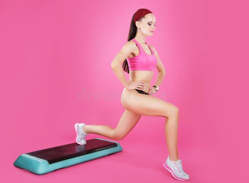 Gewichtverlust Frauentorso mit dem Maß, getrennt auf Weiß Active-geeignete Frau auf einem Schritt-Trainieren stockbild