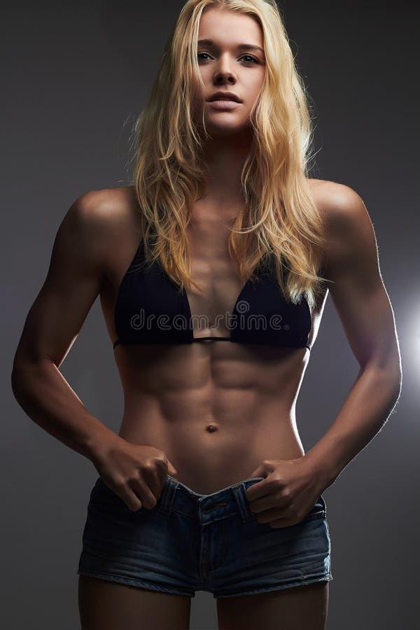 Gewichtverlust Frauentorso mit dem Maß, getrennt auf Weiß sexy schönes dünnes Mädchen in der kurzen Jeanshose lizenzfreies stockbild