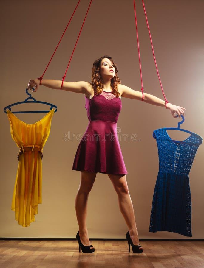 Gewijd aan de winkelende marionet van het vrouwenmeisje met kleren stock fotografie
