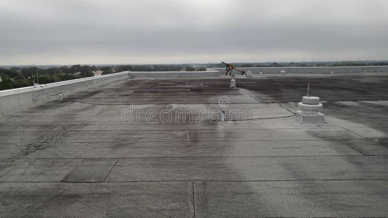 Gewijzigd vlak dak; commercieel dakwerk stock fotografie