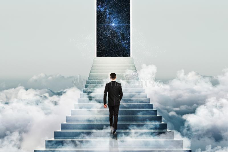 Gewinnen Sie Konzept mit Geschäftsmann und Treppe zum Himmel lizenzfreies stockbild