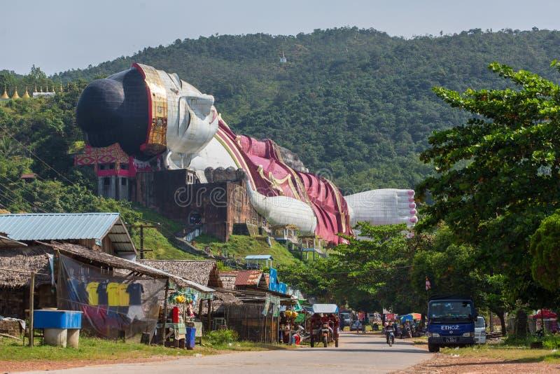 Gewinnen Sie Sein Taw Ya, das größte stützende Buddha-Bild in der Welt, in Kyauktalon Taung, nahe Mawlamyine, Myanmar lizenzfreies stockbild