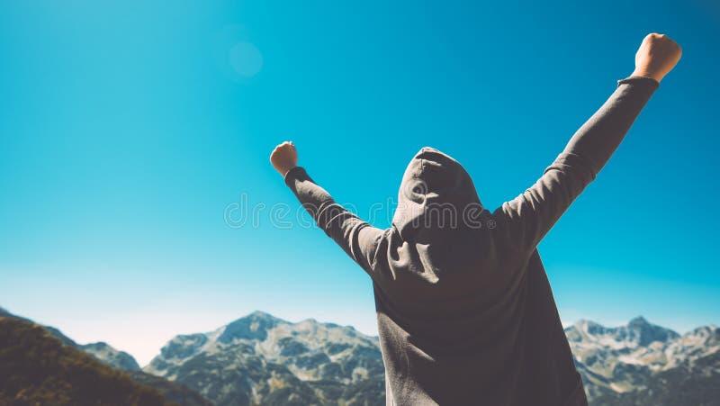 Gewinnen und Erfolg Siegreiche weibliche Person auf die Gebirgsoberseite stockbild