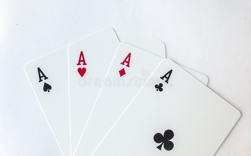 Gewinnende Poker-Hand vier der As-Glücksspiel-Spielkarte-Klage auf Weiß lizenzfreie stockbilder