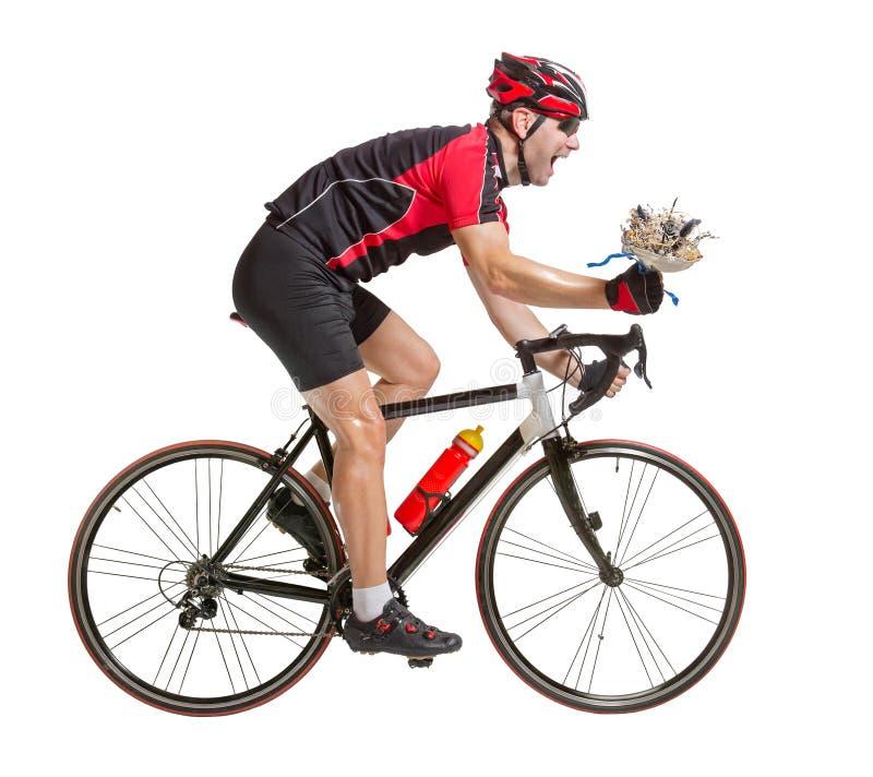 Gewinnender Radfahrer, der ein Fahrrad mit Blume reitet stockfotos