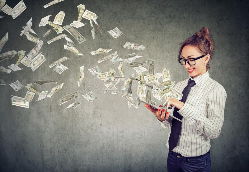 Gewinnendes Geld der aufgeregten Frau mit Online-Service lizenzfreie stockfotografie