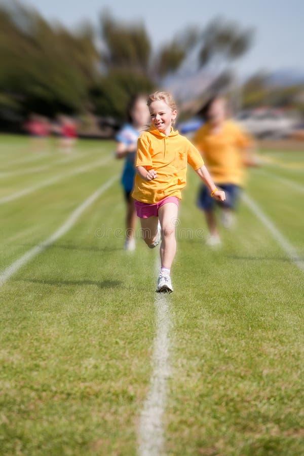 Gewinnendes Sportrennen Des Mädchens Lizenzfreies Stockbild