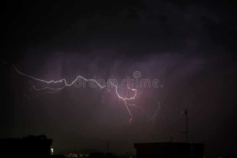 Gewitter über der Stadt bei einem Sturm in der Nacht stockbild