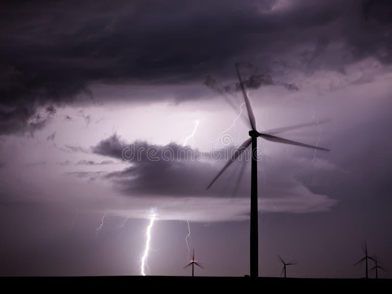 Gewitter über einem Windpark, der erneuerbare Energie darstellt lizenzfreie stockfotos
