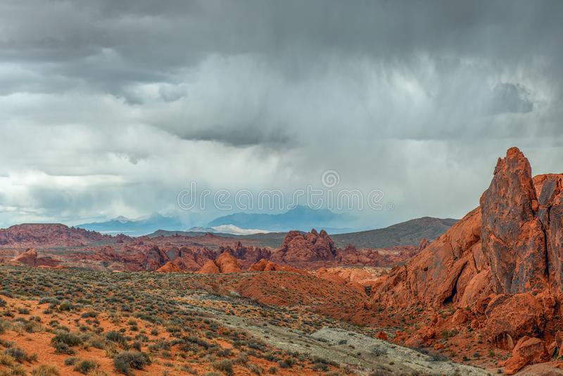 Gewitter über Sandsteinformationen im Tal des Feuer-Nationalparks nevada USA lizenzfreies stockfoto