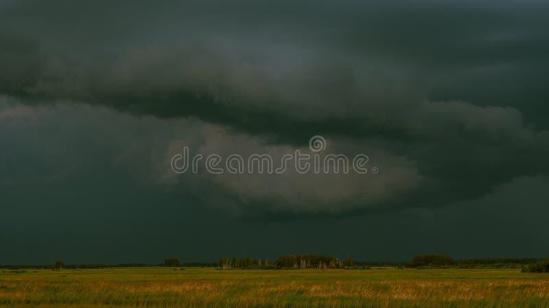 Gewitter auf dem Gebiet stockbild