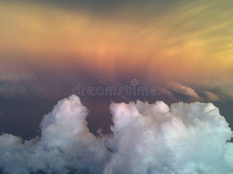 Gewitter unterhalb des Fluges stockbild